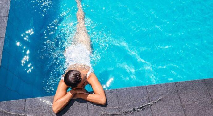 Jakie stroje na basen warto wybrać?